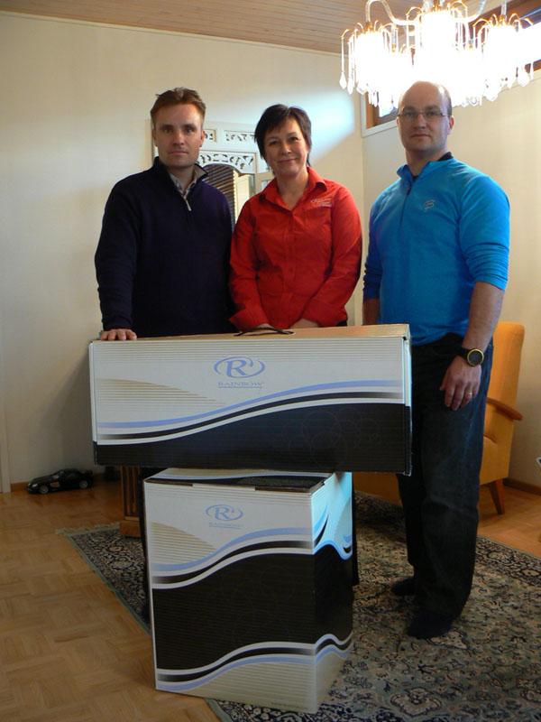 Thermo Care OY:n toimitusjohtaja  Terttu Voutilainen luovutti kaksi Rainbowta ampumahiihtomaajoukkueelle ja sen vastaanottivat toiminnanjohtaja Janne Hakala ja  huoltopäällikkö Veli-Matti Niskanen.